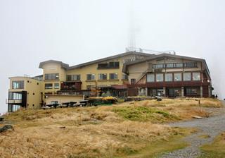 王ヶ頭ホテル - 王ヶ頭ホテル(2000m)。山頂は曇の中(2014.10月)