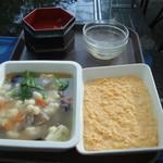 32642679 - 脇のトレイに、空き容器と新しい料理が・・・