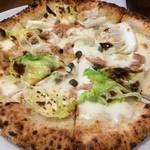 ピッツェリア ピッキ - チリメンキャベツ、ツナ、ケイパーのモツァレラベースのピッツァ。キャベツの甘さが引き出されたピッツァ。美味です( ´ ▽ ` )ノ