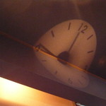 優香樓 - 壁に映る時計