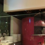 32647987 - ピッツァを焼く窯。カウンター席の目の前でイケメンさんが焼いたはります。♡