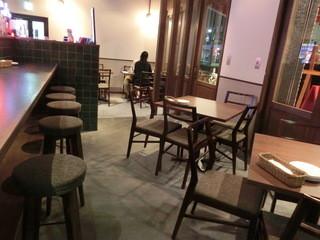ヴォーノ ナポリ 和歌山駅前 - カウンター席とテーブル席。2階もあるそうです。