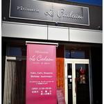 パティスリー・ル・カドゥー - 黒を基調に縦木目、高級感溢れる佇まい 店内は白色メインで明るくオシャレな風貌です