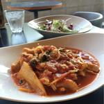 spoony cafe - 鶏肉と白菜としめじのトマトソースパスタ。