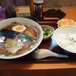 32659078 - ラーメン定食¥700円。