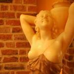 月の市場 - 廊下に佇む女神像。いつも微笑みをたたえている、月の市場の守り神(?)です。
