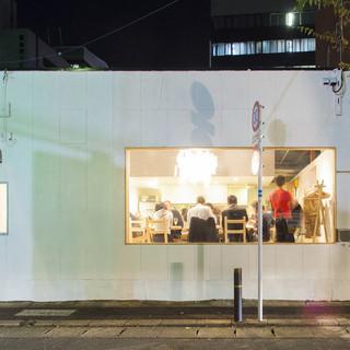 赤坂、大正通りの白い建物が目印。