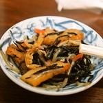 やき鳥 金富士 - 生ビールの付属のおつまみは「ひじきの煮物」