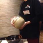 てんくう 浜松第一通り店 - まるちゃんがテーブルで特製唐揚げの仕上げです。