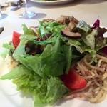ヴィンサント - パスタがいっぱい敷いてあるサラダ