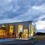 清川屋 - ガラス張りのスタイリッシュな建物です