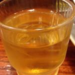 広州市場 西新宿店 - お冷やが水ではなくジャスミン茶なのもこの店の特徴の一つ。