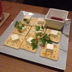 バー ランコントレ - ガンビーノのオススメ!クリームチーズと何チャラのクラッカー