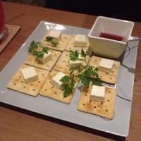 バー ランコントレ-ガンビーノのオススメ!クリームチーズと何チャラのクラッカー
