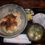 ふじ本 八百萬乃精肉本舗 - 豚丼(汁物・漬物)