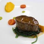 マドラウンジ - シャロレー種仔牛フィレ肉のロティ 人参のピューレと春菊のソテー