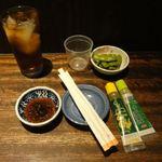 山源 - 小皿につけたれ、チューブの練りワサビと柚子胡椒。