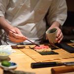 鮨 とかみ - 鐵火巻(てつくわまき)を作(つく)る