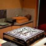 鮨 とかみ - 螺鈿細工(らでんざいく)のある漬場(つけば)