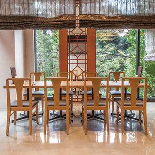 外光の入る店内。テーブル席で気軽に愉しむ中国料理