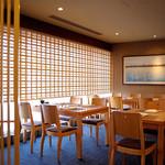 たん熊北店 - ホール席は北側に面しているので、春になるとお席からは金山駅の桜や電車の乗り入れがご覧いただけます。