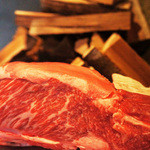東京肉割烹 西麻布 すどう - 和牛の熟成肉です。桜の薪で香をつけながらじっくりお焼きいたします。