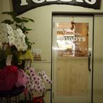 TODDYS - 入り口。開店直後だったので贈り物の花がありました