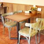 TODDYS - 椅子はテーブルごとにデザインが異なる