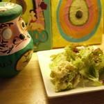 TODDYS - ランチのサラダとトディーダルマ。シャキッとしたサラダを食べつつ、料理を待ちましょう