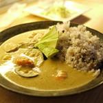 TODDYS - 名物アボカドグリーンカレー。五穀米とアボカドとエビとグリーンカレー。この組み合わせは発明品だね。