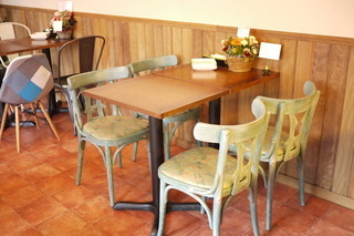 アボカド&イタリアンバル トディーズ 船橋店 - 椅子はテーブルごとにデザインが異なる