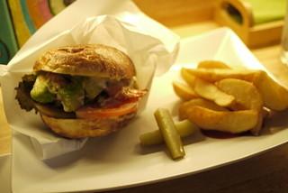 アボカド&イタリアンバル トディーズ 船橋店 - アボカドバーガー。具だけじゃなくて、パンも美味しいので、甘く見る事なかれ。