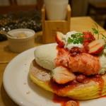 カフェ アクイーユ - 苺ソースのレアチーズパンケーキ