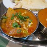 インド・ネパールレストラン マサラ - スペシャル・カレーセット:チキンとトマトのカレー、野菜カレー、チーズ・ナン2