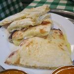インド・ネパールレストラン マサラ - スペシャル・カレーセット:チキンとトマトのカレー、野菜カレー、チーズ・ナン4
