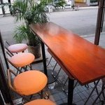 CANAL - 冬季以外は、入り口近くでオープンエアのテーブルが心地よい♪最大10名。