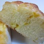 BREAD - バターロールー生地の中にコーンとチーズを練りこんだソフトな食べ応えのパンです。