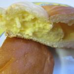 BREAD - 中に自家製のカスタードクリームをたっぷり入れたこの店自慢のパンです。