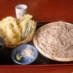 そば処花園山房 はるき - 天ざる蕎麦 麺の量、天ぷら共にボリュームあります。天ぷらはエビ2本、なす、玉ねぎ、春菊、にんじん、さつまいも、かぼちゃ、ちくわ、こんにゃく、蕎麦湯はドロドロ濃厚でくせになります。