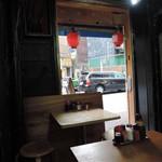 居酒屋万ちゃん - 入口付近の店内