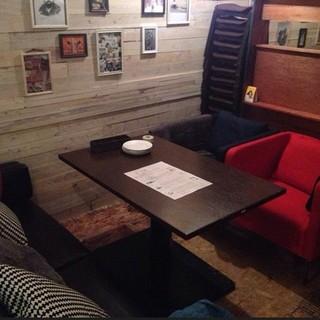 木のぬくもりを感じられる店内とゆったりソファー席と個室あり