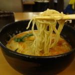 ラーメンと酒 こきあ - 太陽の担々麺(ハーフ)の麺アップ