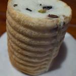 LULU - 「五色豆の丸太ブレッド」(220円+税)。ふんわり生地と甘いお豆の相性抜群。