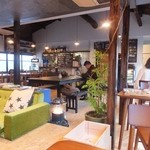 Browny - 全32席、席間が広くおしゃれなカフェ風の内装