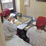 32728643 - 職人さんが餃子を包んでいます