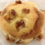 八町ベーカリー - 料理写真:大きなクルミたっぷりのメロンパン