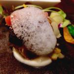 32738114 - 炙った鯖と焼きナスとタブナードのインボルティーニ 聖護院カブのクーリ(1,200円)。見た目のインパクトだけでなく、鯖の脂の乗りと甘みが抜群。肉厚でボリュームもあります。