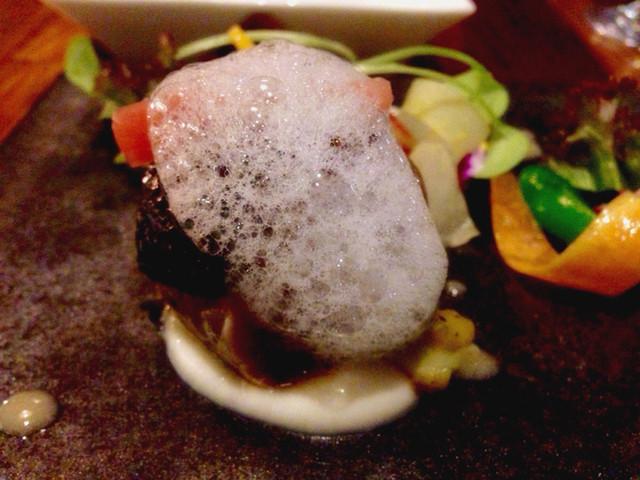 JAM ORCHESTRA - 炙った鯖と焼きナスとタブナードのインボルティーニ 聖護院カブのクーリ(1,200円)。見た目のインパクトだけでなく、鯖の脂の乗りと甘みが抜群。肉厚でボリュームもあります。