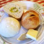 パッソノヴィータ - 外はパリッと中はもちもちのガーリックフランス、ごろっとくるみがはいったロールパン、ふっわふわのほんのり甘い白パン♪