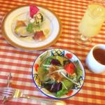 パッソノヴィータ - ランチセット。 ドレッシングが美味しい、みずみずしいサラダ!優しい味のトマトスープ。ドリンクはビールやワインも選べました♪ +600円で 前菜3品盛り合わせとデザートが付いてプチ贅沢ランチ☆
